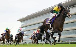 第82回菊花賞を制した横山武史騎乗のタイトルホルダー=右手前(24日、阪神競馬場)=JRA提供・共同