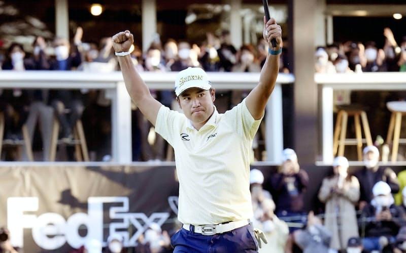 男子ゴルフの米ツアー大会、ZOZOチャンピオンシップで優勝を決め、ガッツポーズの松山英樹。ツアー通算7勝目を挙げた(24日、千葉県印西市の習志野CC)=共同