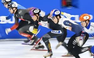 男子1000メートル決勝、スタートする吉永一貴(中央、24日、北京・首都体育館)=共同