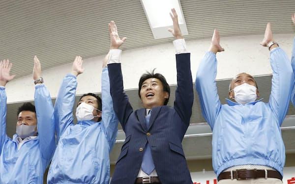 参院静岡選挙区の補欠選挙で当選が決まり、万歳する山崎真之輔氏(右から2人目)=24日夜、静岡市(共同)
