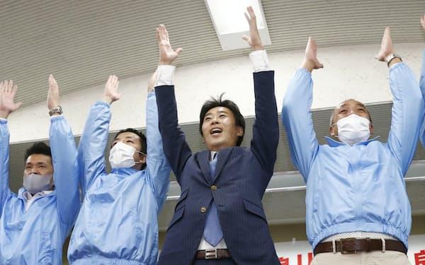 参院静岡選挙区の補欠選挙で当選が決まり、万歳する山崎真之輔氏(右から2人目。24日夜、静岡市)=共同
