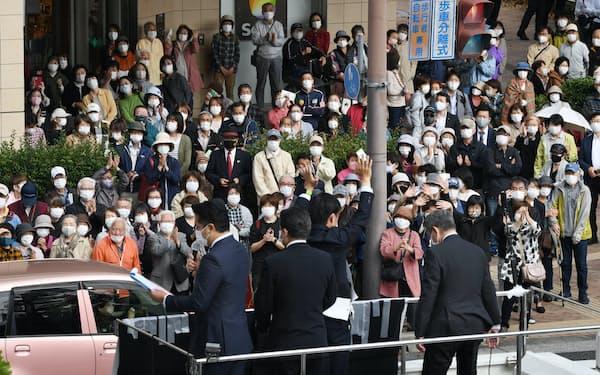 候補者らの街頭演説を聞く有権者(20日午前、兵庫県尼崎市)