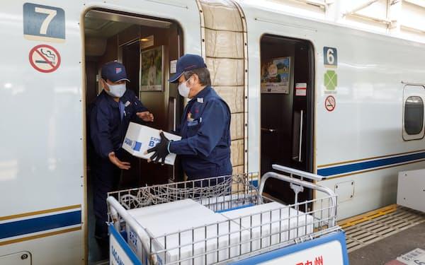 JR九州は佐川急便と組み、九州新幹線で貨客混載サービスを始めた=共同