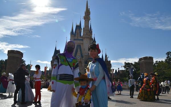 東京ディズニーランドで仮装を楽しむ親子(25日、千葉県浦安市)