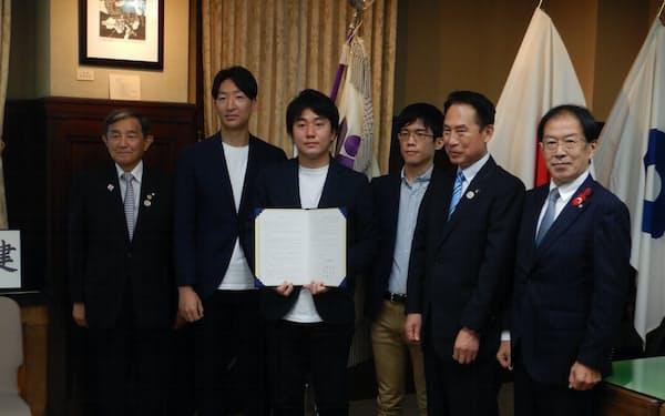 和歌山県庁で進出協定を結んだ北嶋CEO(左から3人目)と仁坂吉伸知事㊧ら(25日)