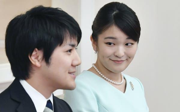 婚約が内定し、記者会見する秋篠宮家の長女、眞子さまと小室圭さん(2017年9月)