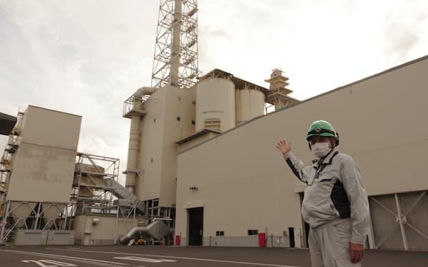 敦賀グリーンパワーを案内する安原隆幸所長(19日、敦賀市)