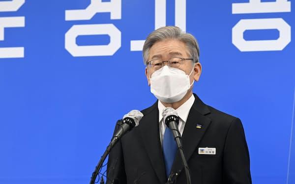 25日の記者会見で京畿道知事を辞職すると表明した李在明氏=聯合・共同