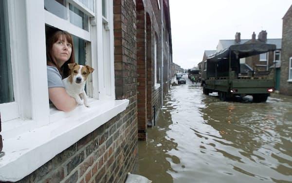 英国では洪水が増えている。洪水リスク調査会社の試算では、最初の浸水で住宅の価値が約4%低下する=ロイター
