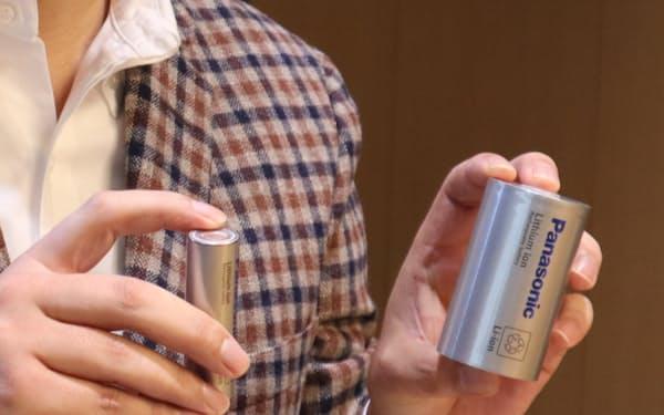 パナソニックの電池事業を統括する只信氏は「新型電池(写真㊨)は容量が従来品の約5倍だ」と話す