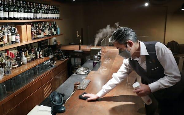 深夜営業を再開するバーで開店準備をする店主(25日午後、東京都新宿区)