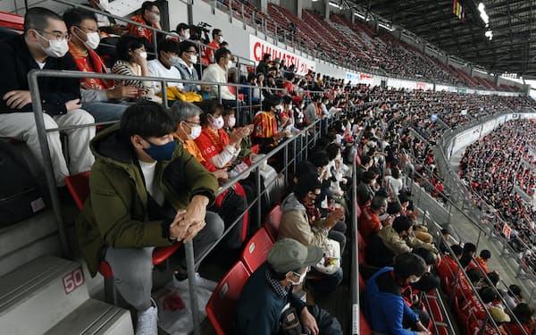 間隔をなくした座席からJリーグの試合を観戦する人たち(24日、愛知県豊田市の豊田スタジアム)