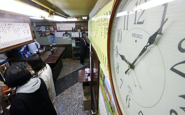 都内の飲食店は午後9時以降も営業できるようになった(25日、東京都港区)