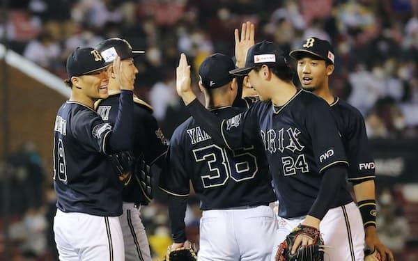 レギュラーシーズン最終戦に勝利し、喜ぶ山本(左端)らオリックスナイン=共同