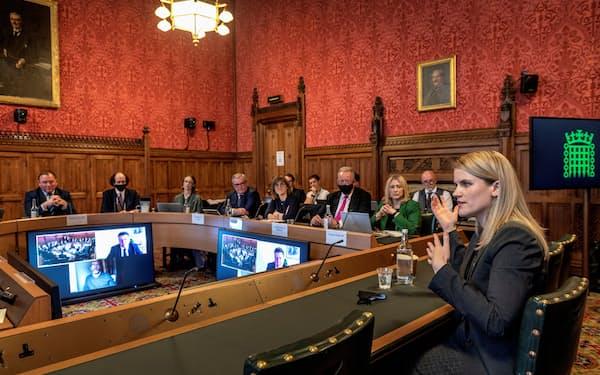 英議会の公聴会で証言したフェイスブック元社員のフランシス・ホーゲン氏(右)=英議会提供・ロイター