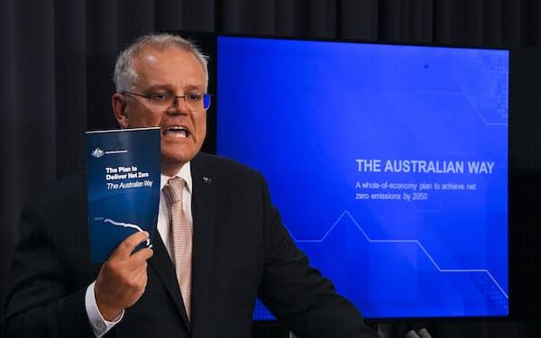 「実質ゼロ」の計画を発表するモリソン首相(26日、キャンベラ)=AAP