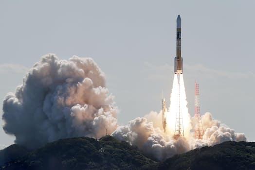 測位衛星「みちびき」を搭載し、打ち上げられるH2Aロケット44号機(26日午前、鹿児島県の種子島宇宙センター)=共同