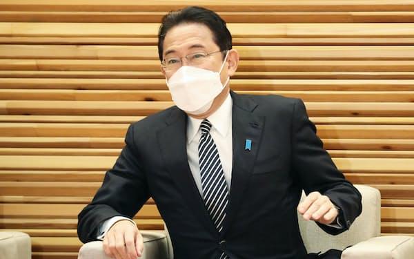 閣議に臨む岸田首相(26日午前、首相官邸)