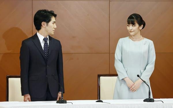 結婚し、記者会見に臨む小室圭さん(左)と眞子さん(26日午後、東京都内)=代表撮影