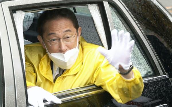 衆院選の街頭演説を終え、車から手を振る自民党総裁の岸田首相(25日午前、大阪府東大阪市)=共同