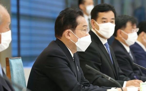新しい資本主義実現会議の初会合に臨む岸田首相(26日午前、首相官邸)