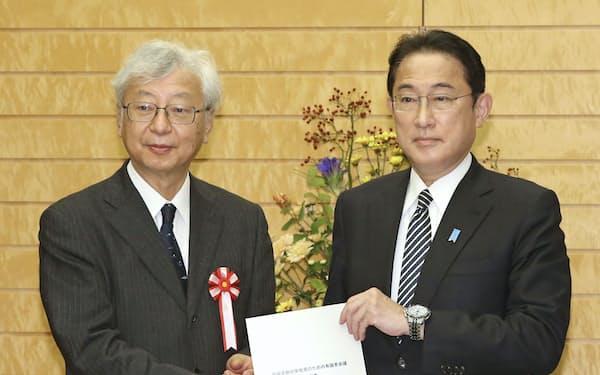 気候変動対策有識者会議の伊藤元重座長(左)から報告書を受け取る岸田首相=共同