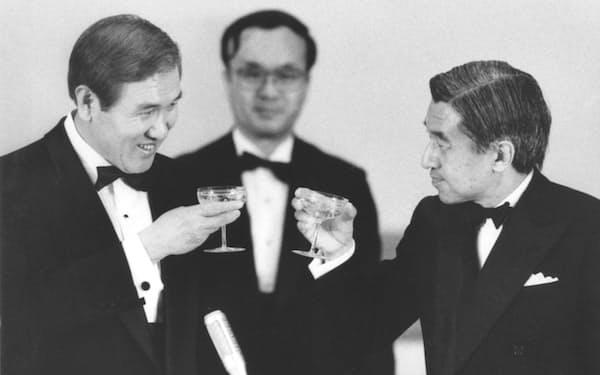 1990年5月、宮中晩さん会で天皇陛下(現上皇さま)と乾杯する韓国の盧泰愚大統領(宮殿・豊明殿)=共同