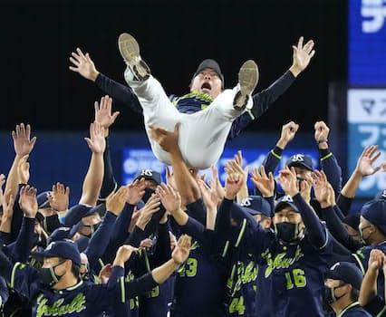 プロ野球セ・リーグで6年ぶり8度目の優勝を決め、胴上げされるヤクルト・高津臣吾監督(26日、横浜スタジアム)=共同