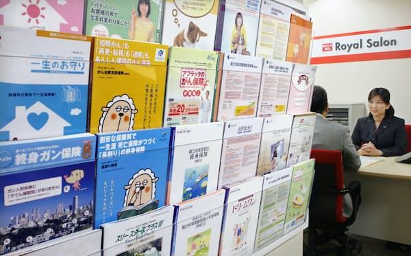 保険ショップで保険の見直しの相談を受ける(東京都渋谷区)