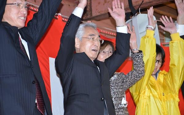核のごみ調査が争点となった町長選で6選を果たした現職の片岡春雄氏(26日、北海道寿都町)