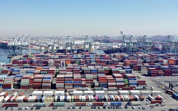供給制約が米景気の回復を鈍らせる要因に(13日、ロサンゼルス港)=AP