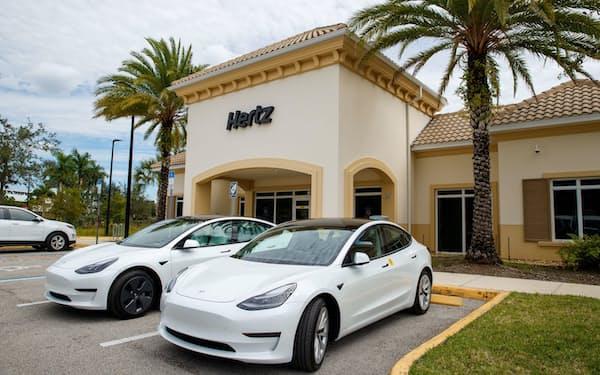 ハーツが所有するEVをウーバーのドラーバーに営業車としてレンタルする