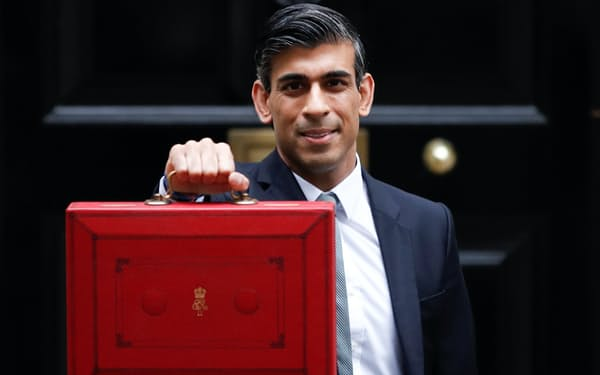 スナク財務相は財政再建を進めても必要な歳出を増やすことができると主張する(写真は27日、ロンドン)=ロイター