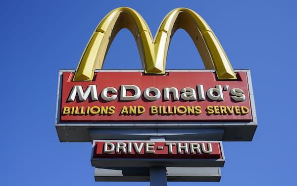 米マクドナルドは値上げで人手不足の影響やコスト高を吸収し、決算後に株価が上昇(米国の店舗)=AP