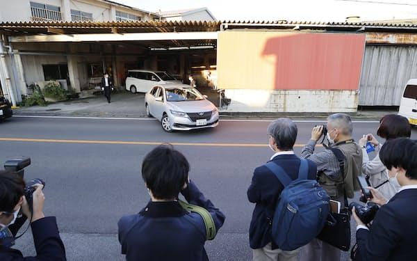静岡県警が家宅捜索した不動産管理会社を出る捜査車両(28日午後、神奈川県小田原市)=共同