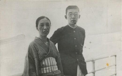 早大理工学部時代の筆者と母(青函連絡船上で)
