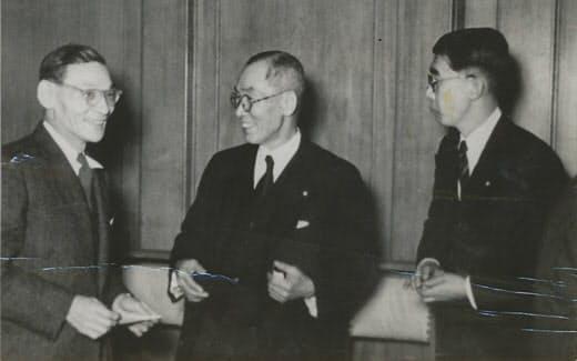 万代順四郎氏会長就任のとき(左から)一万田尚登氏、万代氏、筆者