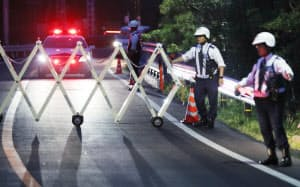賢島へ続く道が封鎖され、厳重な警戒が続く(25日午後、三重県志摩市)