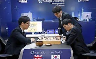 図1 Googleが開発した人工知能「AlphaGo」とトップ級棋士の囲碁対決の様子(2016年3月13日、ソウル)=AP
