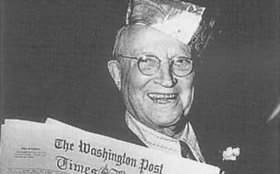 ワシントン・ポスト紙を手にするマイヤー社主(1954年3月)