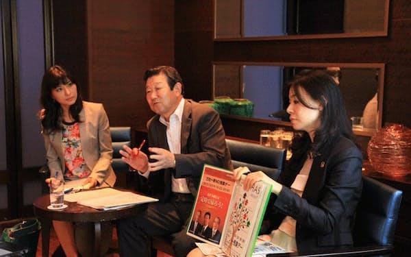 左から、小室淑恵さん、パシフィックコンサルタンツの長谷川伸一会長、ワークライフバランス推進担当の油谷百合子さん