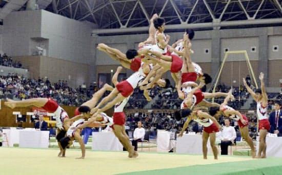 男子床運動で白井健三選手が決めた新技「シライ3(後方伸身2回宙返り3回ひねり)」の連続合成写真(写真=共同)