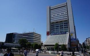中野サンプラザ(写真右)と現・中野区役所(左)。サンプラザは2022年に解体予定(写真:赤坂麻実)
