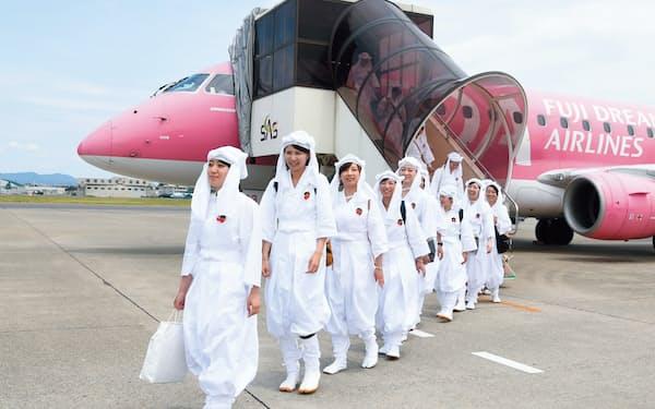 2016年6月11日、名古屋小牧空港に白装束の女性たちが降り立った。FDAが企画した小牧~山形線のキャンペーンの参加者だ(写真:早川俊昭)