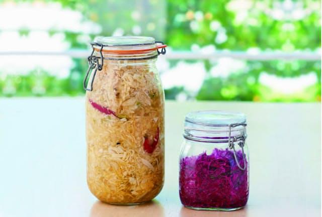 左:基本の「緑のキャベツで作る乳酸キャベツ」、右:抗酸化成分が豊富な「紫の乳酸キャベツ」