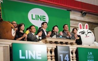 2016年7月、米ニューヨーク証券取引所での上場セレモニーに参加するLINEの幹部
