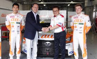 メーンスポンサーを務めるカーレースチームの応援に富士スピードウェイを訪れたKDDIの田中孝司社長(中央左)
