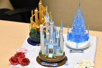 ディズニー映画に登場する城をモチーフにした「キャッスルクラフトコレクション」シリーズ。中央は、2016年7月発売の新製品「シンデレラ」、左は「リトル・マーメイド」、右が「アナと雪の女王」