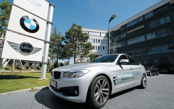 独BMWが初公開した試作車。「PT1」とコードネームで呼ばれている。後ろは同社の研究拠点。駐車場に 小型電気自動車「i3」がずらりと並ぶ