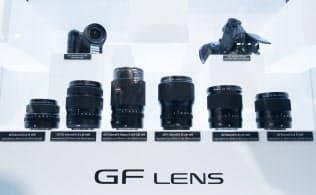 世界最大のカメラ用品の展示会「Photokina2016」で展示された中判ミラーレスカメラ用の交換レンズ群。ミラーレスの本格化を感じさせる発表だった